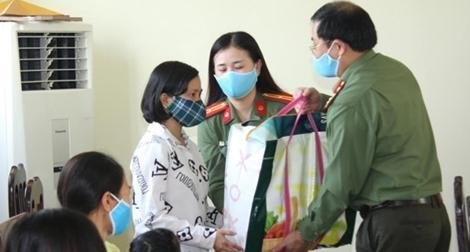 Trao 100 suất quà hỗ trợ người gặp khó khăn do dịch COVID-19