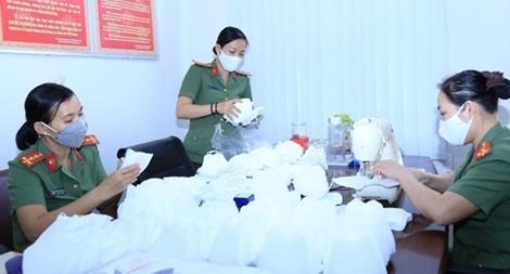 Phụ nữ Công an Đồng Nai may khẩu trang tặng lực lượng phòng chống dịch