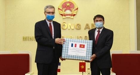 Bộ Công an trao tặng Bộ Nội vụ Pháp vật tư y tế