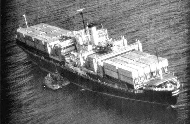 Tàu SS Mayaguez bị hai thuyền cao tốc của Khmer Đỏ kèm chặt.
