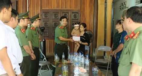 Trao tặng sổ tiết kiệm cho gia đình Đại úy Sầm Quốc Nghĩa