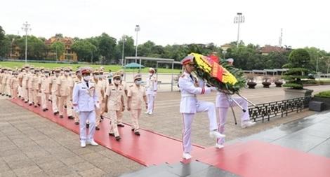 Cục Đối ngoại Bộ Công an vào Lăng viếng Chủ tịch Hồ Chí Minh