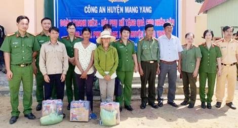 Công an huyện Mang Yang thăm, tặng quà cho người nghèo