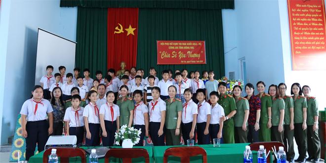Phụ nữ Công an Đồng Nai chia sẻ yêu thương với trẻ em nghèo xã Phú Túc - Ảnh minh hoạ 2