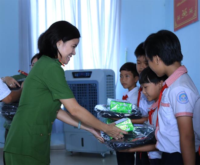 Phụ nữ Công an Đồng Nai chia sẻ yêu thương với trẻ em nghèo xã Phú Túc