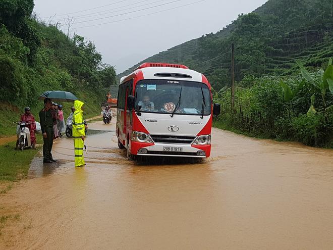 Bảo đảm giao thông thông suốt, an toàn cho người dân vùng bị lũ quét - Ảnh minh hoạ 3