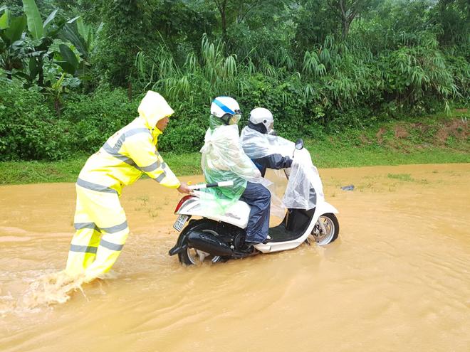 Bảo đảm giao thông thông suốt, an toàn cho người dân vùng bị lũ quét - Ảnh minh hoạ 6