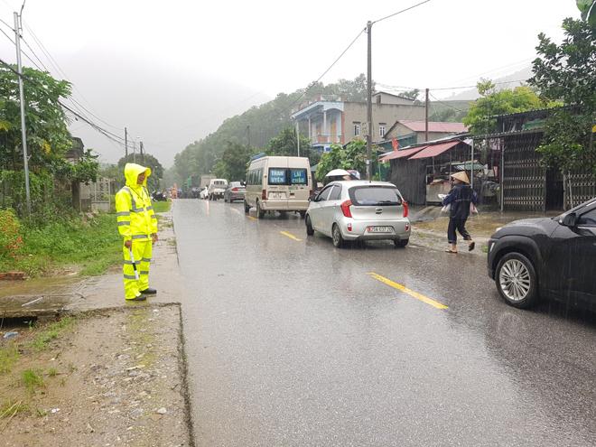 Bảo đảm giao thông thông suốt, an toàn cho người dân vùng bị lũ quét