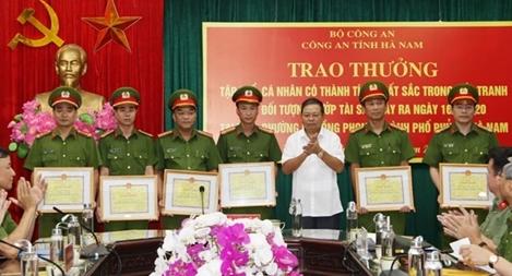 Khen thưởng Công an tỉnh Hà Nam khám phá nhanh vụ cướp tài sản