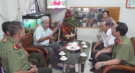 Công an Khánh Hòa thăm, tặng quà cho đơn vị, gia đình chính sách