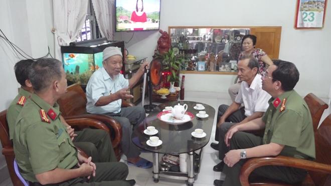 Công an Khánh Hòa thăm, tặng quà cho đơn vị, gia đình chính sách - Ảnh minh hoạ 2