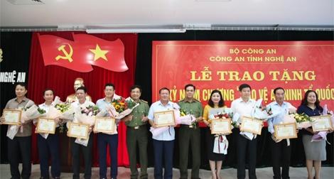 Bộ Công an tặng Kỷ niệm chương Vì sự nghiệp bảo vệ ANTQ cho 9 cá nhân