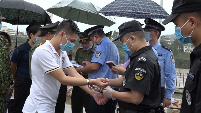 Trao trả 15 đối tượng cho Công an Trung Quốc - Ảnh minh hoạ 2