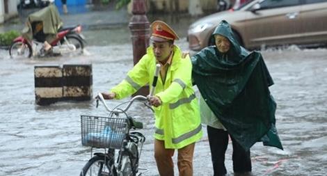 CSGT Bắc Giang đội mưa phân luồng, bảo đảm TTATGT