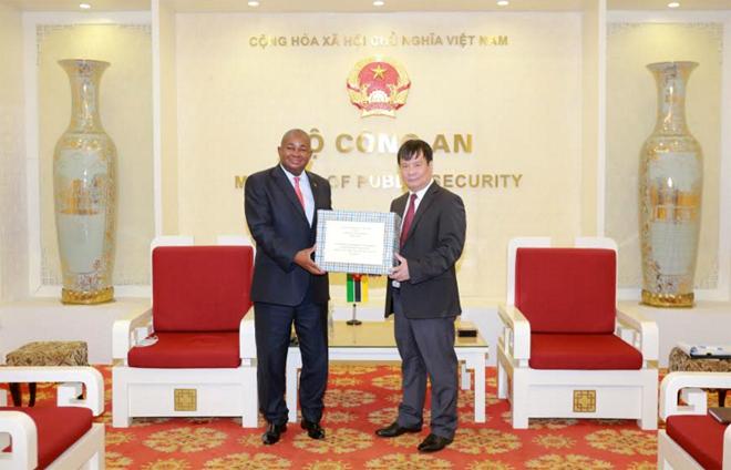 Bộ Công an Việt Nam trao trang thiết bị y tế tặng Bộ Nội vụ Mozambique - Ảnh minh hoạ 2