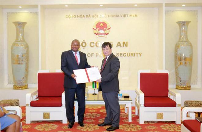 Bộ Công an Việt Nam trao trang thiết bị y tế tặng Bộ Nội vụ Mozambique