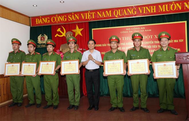 Khen thưởng 4 tập thể, 9 cá nhân xuất sắc trong cao điểm tấn công, trấn áp tội phạm - Ảnh minh hoạ 2
