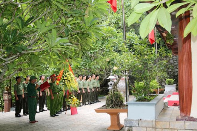 Thứ trưởng Lê Tấn Tới dâng hương viếng hương hồn các anh hùng liệt sỹ tại hang Tám Cô