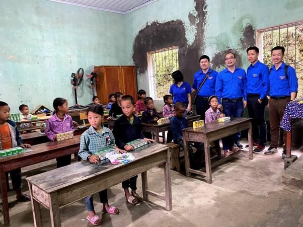 """Những """"Món quà yêu thương"""" của tuổi trẻ MobiFone trao đến học sinh vùng cao - Ảnh minh hoạ 5"""