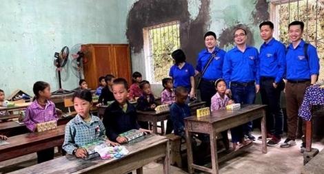"""Những """"Món quà yêu thương"""" của tuổi trẻ MobiFone trao đến học sinh vùng cao"""