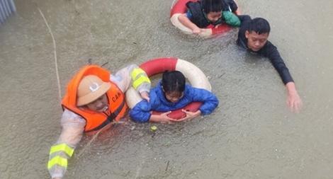 Băng mình qua dòng nước xiết cứu dân