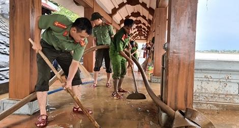 Bám địa bàn giúp dân khắc phục hậu quả lũ lụt