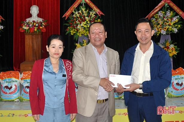 Công an Hà Tĩnh phối hợp các nhà hảo tâm tặng quà hỗ trợ nhân dân vùng lũ Hương Khê - Ảnh minh hoạ 3