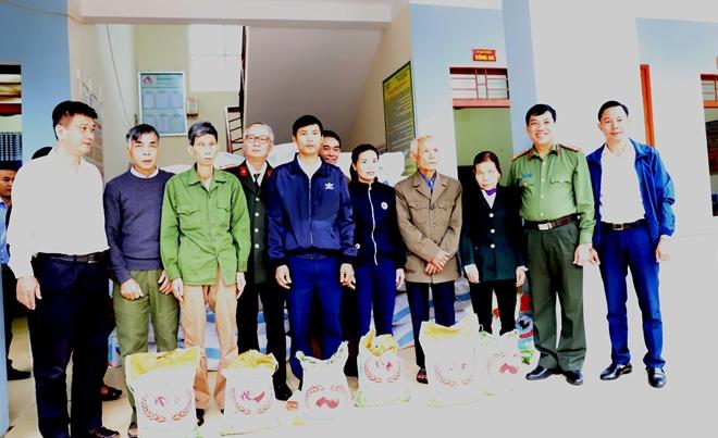 Công an Hà Tĩnh phối hợp các nhà hảo tâm tặng quà hỗ trợ nhân dân vùng lũ Hương Khê - Ảnh minh hoạ 4