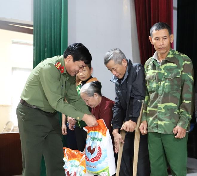 Công an Hà Tĩnh phối hợp các nhà hảo tâm tặng quà hỗ trợ nhân dân vùng lũ Hương Khê