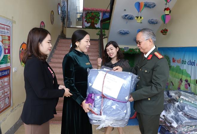 Công an Hà Tĩnh phối hợp các nhà hảo tâm tặng quà hỗ trợ nhân dân vùng lũ Hương Khê - Ảnh minh hoạ 10