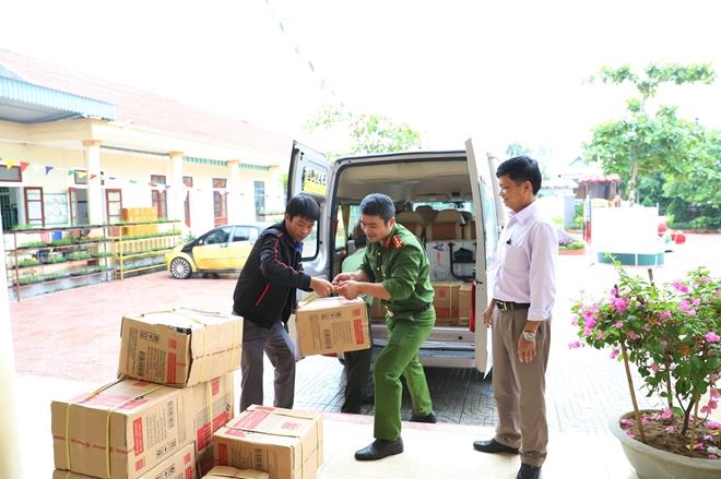 Công an Hà Tĩnh phối hợp các nhà hảo tâm tặng quà hỗ trợ nhân dân vùng lũ Hương Khê - Ảnh minh hoạ 9