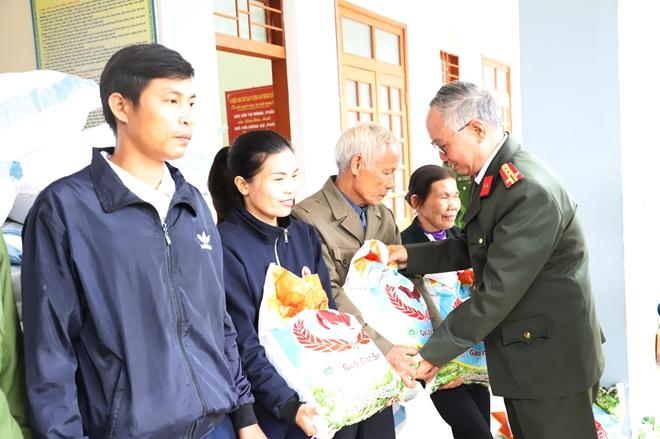 Công an Hà Tĩnh phối hợp các nhà hảo tâm tặng quà hỗ trợ nhân dân vùng lũ Hương Khê - Ảnh minh hoạ 5