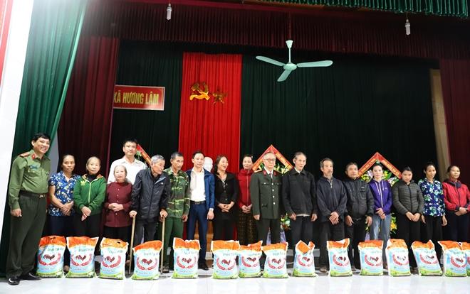 Công an Hà Tĩnh phối hợp các nhà hảo tâm tặng quà hỗ trợ nhân dân vùng lũ Hương Khê - Ảnh minh hoạ 2