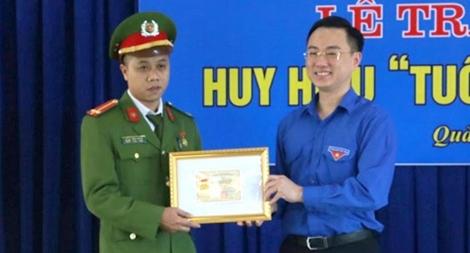 """Trao tặng huy hiệu """"Tuổi trẻ dũng cảm"""" cho Trung úy bắt tội phạm ma túy"""