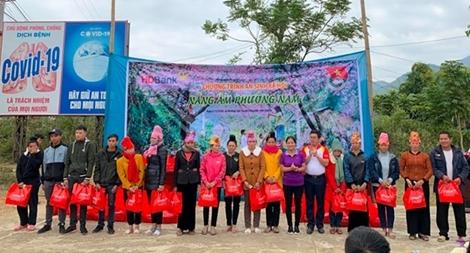 HDBank tặng quà cho bà con miền núi tỉnh Sơn La