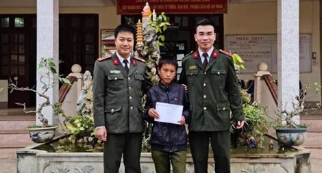 Công an Sơn La giúp đỡ cháu bé bị lạc trở về nhà