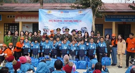 Đem đông ấm đến với thầy và trò Trường tiểu học Thượng Quan