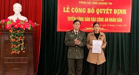 Trao quyết định tuyển dụng cán bộ cho vợ Liệt sĩ Trương Văn Thắng