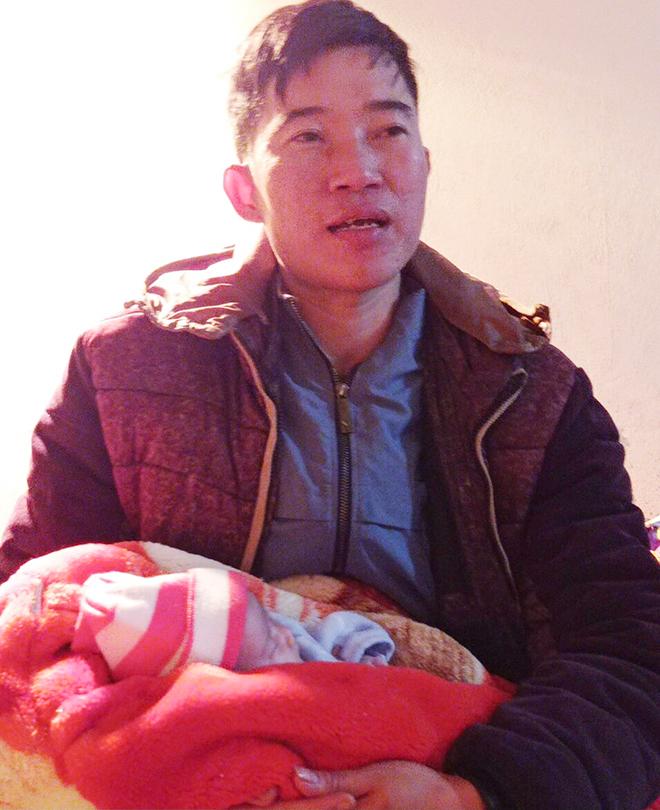 Công an xã chăm sóc bé gái sơ sinh bị bỏ rơi trong đêm