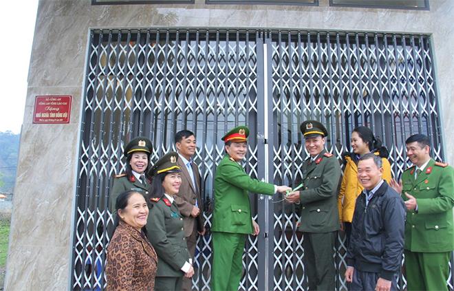 Trao 3 nhà tình nghĩa cho cán bộ, chiến sĩ tại Lào Cai - Ảnh minh hoạ 2