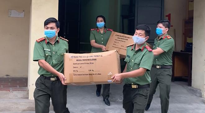 Cấp phát trang thiết bị phòng chống dịch hỗ trợ Công an 19 tỉnh, thành