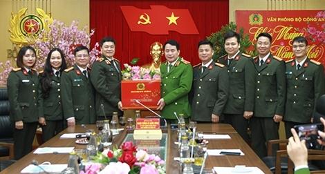 Thứ trưởng Lê Quốc Hùng kiểm tra công tác ứng trực tại Văn phòng Bộ Công an