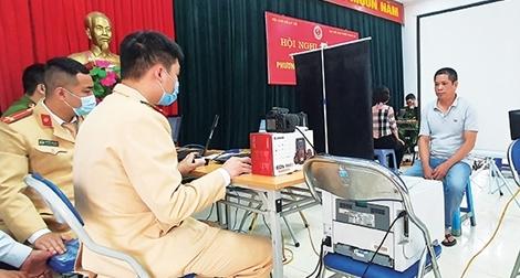 Về thôn xóm, trường học cấp căn cước công dân gắn chíp điện tử