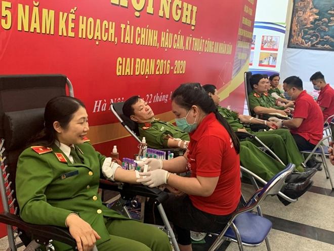 Gần 200 CBCS Cảnh sát tham gia hiến máu tình nguyện - Ảnh minh hoạ 2