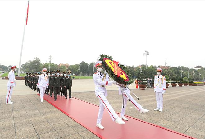 Cục Hồ sơ nghiệp vụ vào Lăng viếng Chủ tịch Hồ Chí Minh
