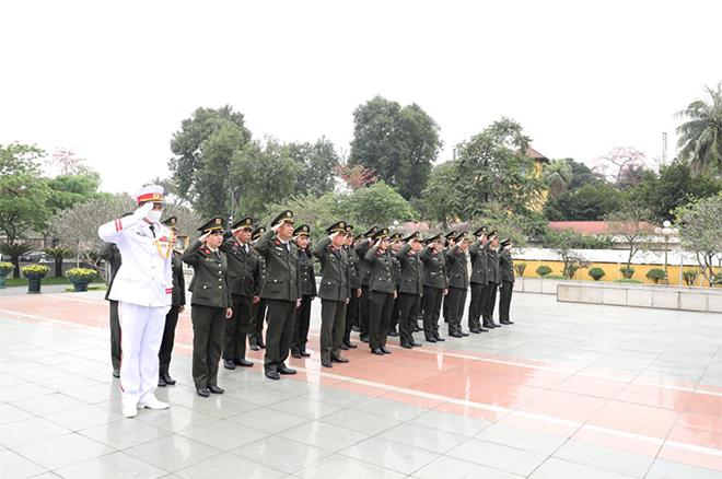 Cục Hồ sơ nghiệp vụ vào Lăng viếng Chủ tịch Hồ Chí Minh - Ảnh minh hoạ 2