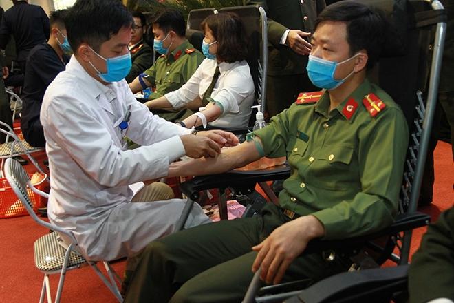 Gần 400 CBCS Cảnh vệ tham gia hiến máu tình nguyện