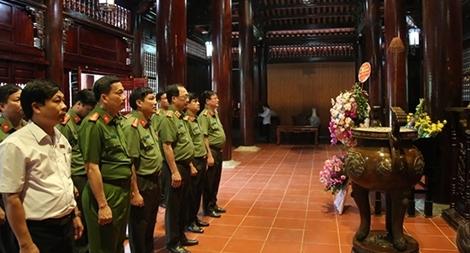 Thứ trưởng Nguyễn Văn Thành dâng hương tại khu di tích Kim Liên