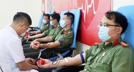 Cán bộ, đoàn viên Công an Nghệ An hiến máu cứu người