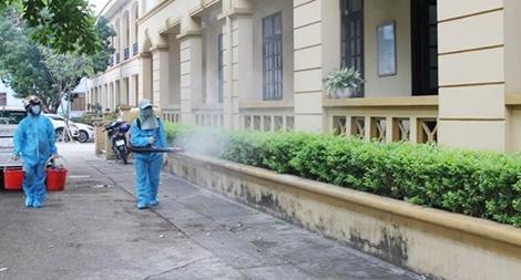 Công an Hà Nam phun thuốc khử khuẩn tại các trụ sở, đơn vị làm việc